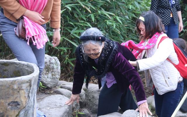 Dù đa số quãng đường lên núi đã di chuyển bằng cáp treo, nhưng vẫn có nhiều đoạn phải đi bộ, đường đi khá khó khăn đối với một cụ già đã 82 tuổi. Tuy nhiên, với sự trợ giúp của các con, cháu, cụ tỏ ra rất quyết tâm.