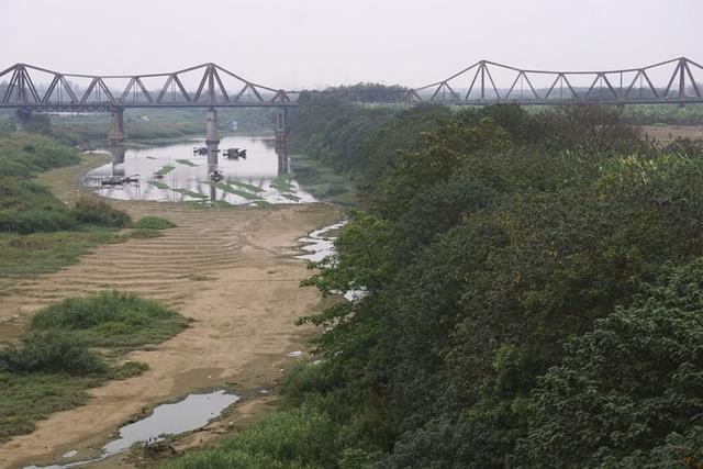 Cầu Long Biên đoạn vượt qua bãi giữa với những nhịp cầu còn nguyên với thiết kế ban đầu.