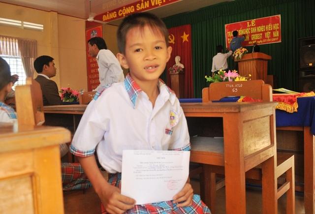 Em Lê Hoàng Khiêm rất vui khi được nhận suất học bổng trị giá 600.000 đồng của Công ty Grobest Việt Nam