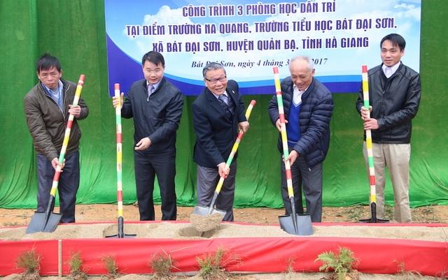 Nhà báo Nguyễn Lương Phán, Phó Tổng Biên tập báo Dân trí (giữa) cùng đại diện lãnh đạo chính quyền địa phương xúc cát động thổ công trình