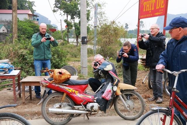Nhiều du khách nước ngoài thấy việc bán thịt dê ven đường lạ mắt nên đã dùng máy ảnh ghi lại những hình ảnh độc đáo ở Việt Nam.