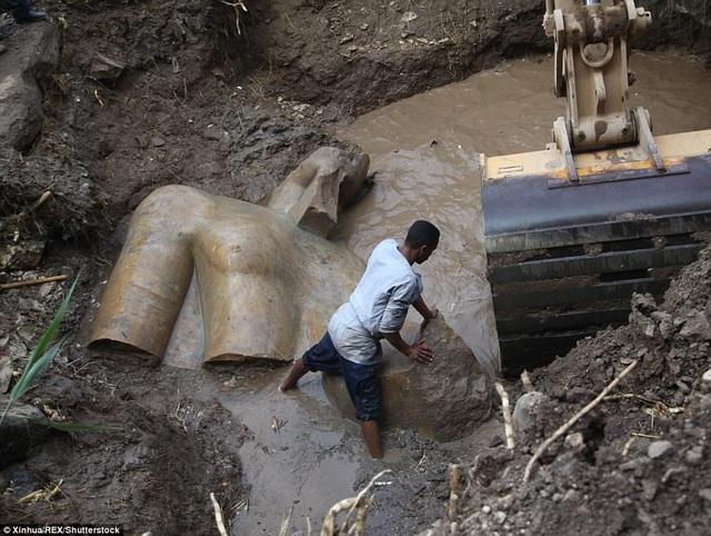 Trước đó, người ta đã tình cờ phát hiện ra một thân tượng khổng lồ nằm ẩn dưới lớp đất nền của một khu xóm ổ chuột.