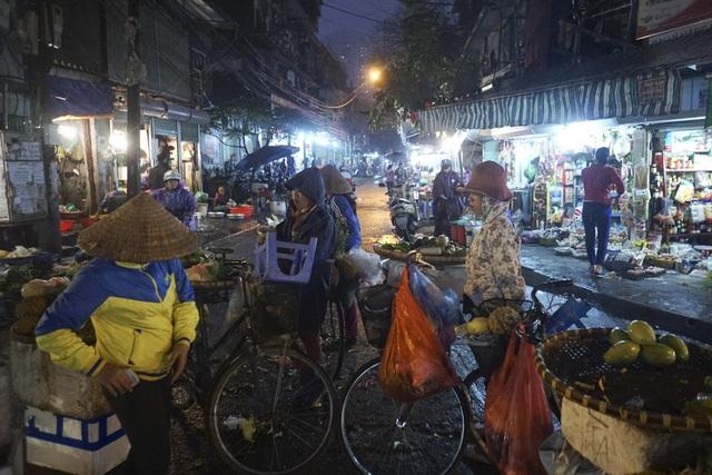 Những người bán hoa quả gánh rong trên đường phố.