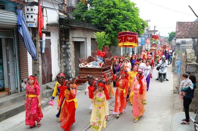 Một chiếc kiệu do các chị em phụ nữ khiêng đi qua xóm làng ở cố đô Hoa Lư.