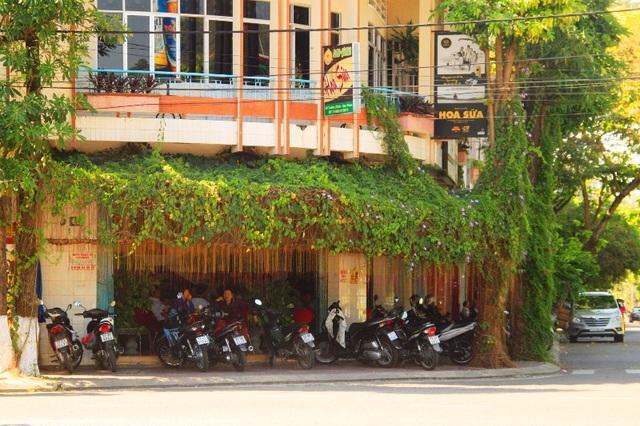 Một quán cà phê trên đường Phạm Hùng (TP Quy Nhơn) không bày bàn ghế ra vỉa hè trong ngày ra quân