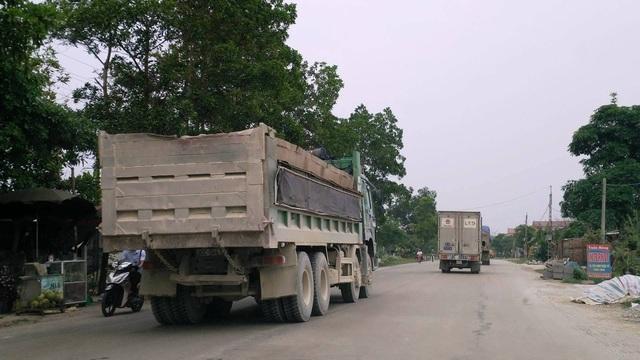Một xe hổ vồ vết cắt, nối thùng nham nhỏ khắp nơi nhưng vẫn cơi nới thêm để chở hàng.