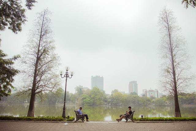 Hà Nội mỗi mùa trong năm đều mang một vẻ đẹp riêng, thế nhưng có lẽ thời khắc giao mùa giữa tháng 4 và tháng 5 là khoảnh khắc đẹp nhất. Những con phố thân quen bỗng trở nên lạ lẫm, đẹp lãng mạn bởi mùa cây thay lá.