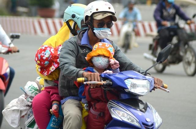 """Cả gia đình """"gói gọn"""" trên một chiếc xe máy."""