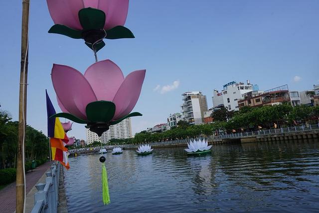 Trên mặt kênh, những đóa sen trắng khổng lồ được thả trôi bồng bềnh khiến người dân ngỡ ngàng vì cảnh đẹp lạ mắt