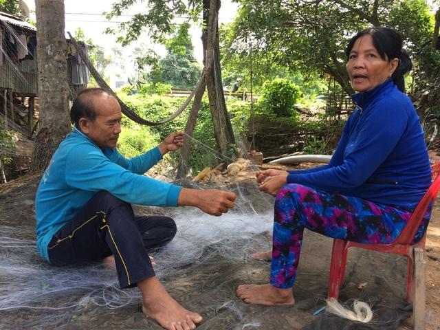 Vợ chồng ông Võ Văn Thanh đã từng bị hà bá nuốt mất nhà nhưng vẫn quyết ở lại mưu sinh.