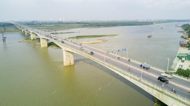 Cầu Vĩnh Tuy phía đầu cầu bên trung tâm Hà Nội nằm ở địa phận phường Vĩnh Tuy, nối quận Hai Bà Trưng và quận Long Biên.