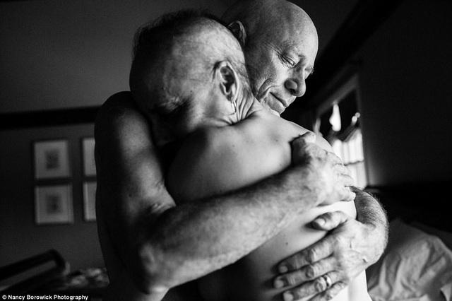 """Nhiếp ảnh gia Nancy chia sẻ: """"Một điều tôi nhận ra ở bộ ảnh này, đó là nó không chỉ nói về ung thư, đó còn là câu chuyện về gia đình và niềm hy vọng. Rõ ràng đây là một câu chuyện buồn nhưng có cả niềm hy vọng""""."""