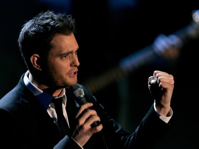 """Nam ca sĩ """"Home"""" Michael Bublé yêu cầu có một trái bóng khúc côn cầu đặt trong phòng thay đồ."""
