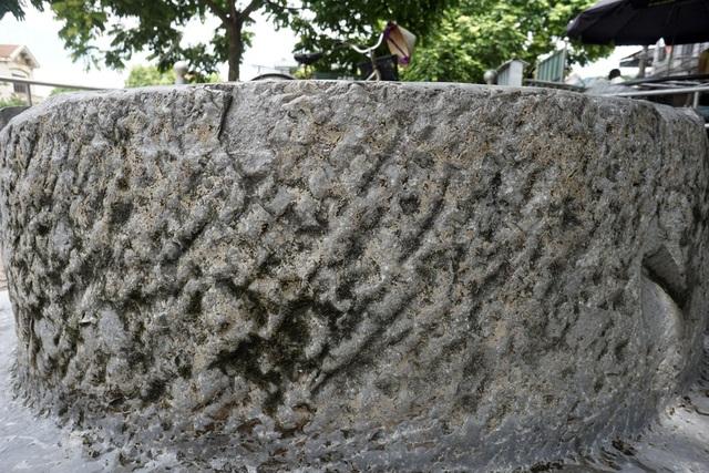 Cổ giếng cao 80cm, được chế tác từ đá nguyên khối, tuy có một vài điểm sứt mẻ nhưng nhìn tổng thể hình dáng giếng vẫn còn khá nguyên vẹn.