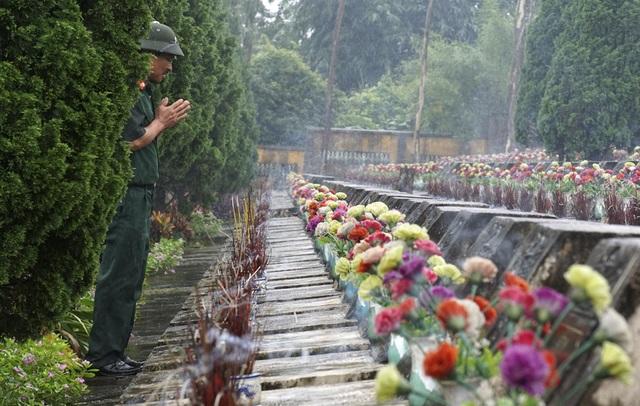 Cựu binh Đỗ Văn Chính thắp hương cho đồng đội. Anh nhập nhũ ngày 2/3/1983 và được điều động từ Mường Khương (tỉnh Lào Cai) về Vị Xuyên tham gia chiến đấu thuộc D5, E153, F356.