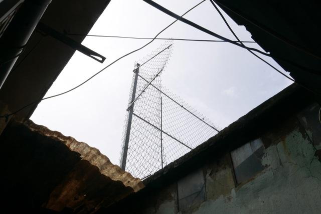 Không những vậy, khu nhà chị Hương còn phải canh cánh nỗi lo an ninh trật tự do các thành phần bất hảo hay xuất hiện phía trên mặt cầu đường sắt. Gia đình chị Hương phải làm lưới sắt để hạn chế khả năng các đối tượng xấu đột nhập xuống nhà.