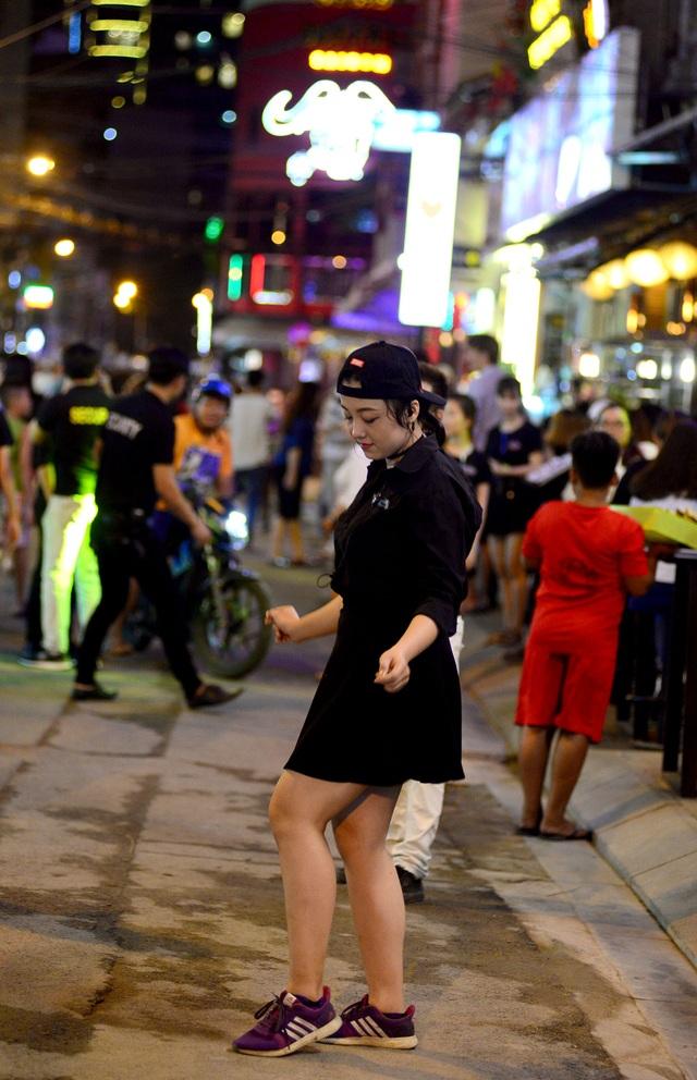 Nhân viên phục vụ quán nhậu nhảy múa ngay trên phố để mời khách.