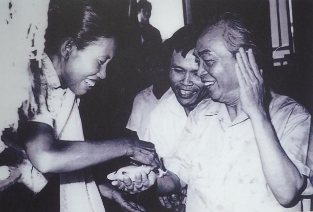 Hình ảnh bình dị khi người dân Lào làm lễ buộc chỉ cổ tay cho Đại tướng Võ Nguyên Giáp trong chuyến thăm Lào, tháng 4/1979.
