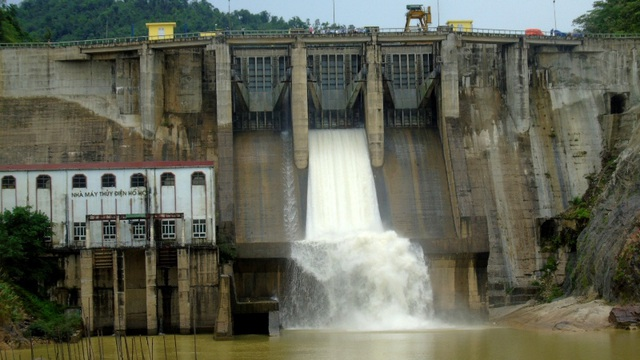 Nhà máy thủy điện Hố Hô mở cửa van xả nước để thực hiện buổi diễn tập