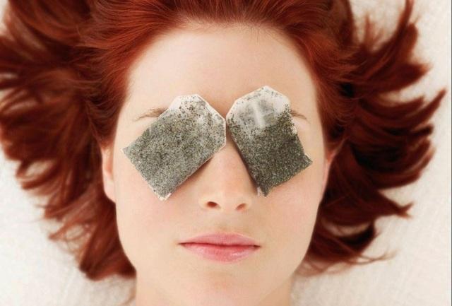 Sử dụng túi trà đều đặn hàng tuần sẽ giúp các quầng thâm mắt giảm đi rõ rệt. (Ảnh minh họa)