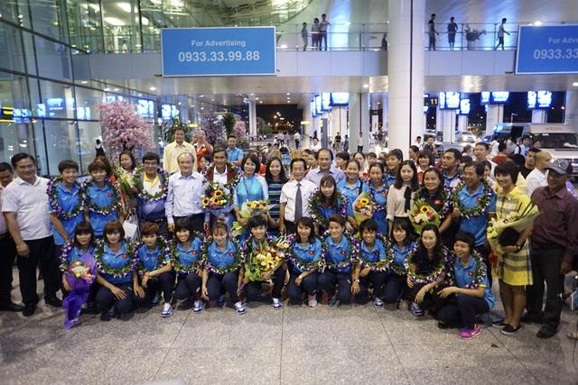 Tập thể tuyển nữ bóng đá Việt Nam chụp ảnh lưu niệm ngay tại sân bay.