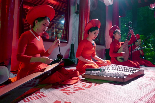 Các nghệ sĩ biểu diễn nhạc cụ truyền thống, tạo không khí đậm chất cổ truyền.