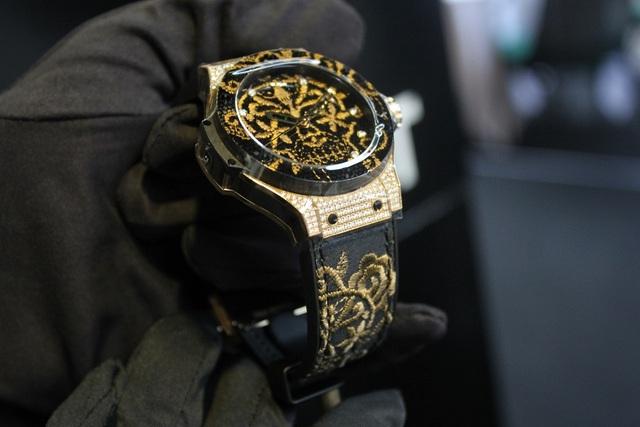 """Được biết, siêu phẩm đồng hồ này từng dành được giải """"Ladies Best Watch"""" (giải thưởng danh giá dành về đồng hồ) và được xem như một tuyệt phẩm tôn vinh phái đẹp. Bên cạnh phiên bản bằng vàng, thương hiệu này còn có thêm hai phiên bản cá tính hơn với chất liệu bạc và thép không gỉ cùng kim cương đen."""