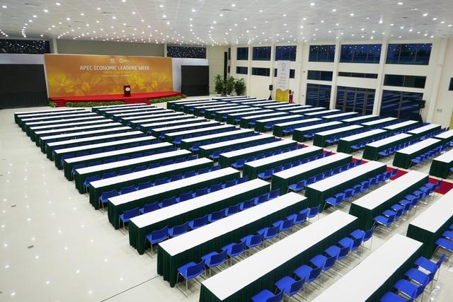 Phòng họp báo chính có sức chứa hàng nghìn phóng viên tác nghiệp cùng lúc.