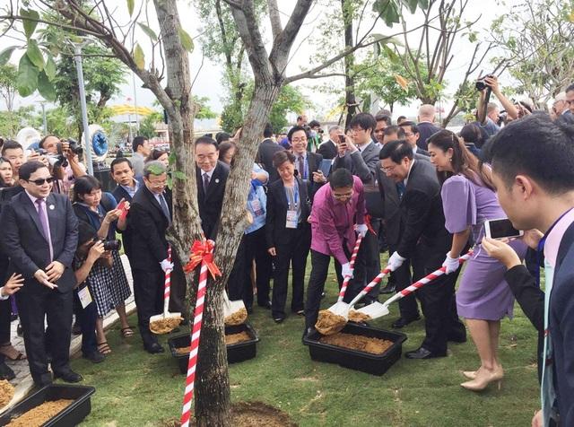 Trong buổi lễ khai trương, Phó thủ tướng Phạm Bình Minh cùng các vị khách quý đã trồng cây lưu niệm tại công viên.