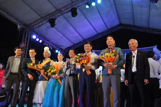 Tặng hoa cho đại diện đến từ Andong Hàn Quốc