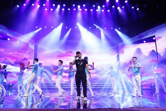 Ca sĩ Đinhh Mạnh Ninh chuẩn bị một phần trình diễn kết hợp cùng các nghệ sĩ múa. Đêm trao giải Nhân tài Đất Việt 2017 còn có phần trình diễn của ca sĩ Minh Quân cùng các nghệ sĩ nhí.