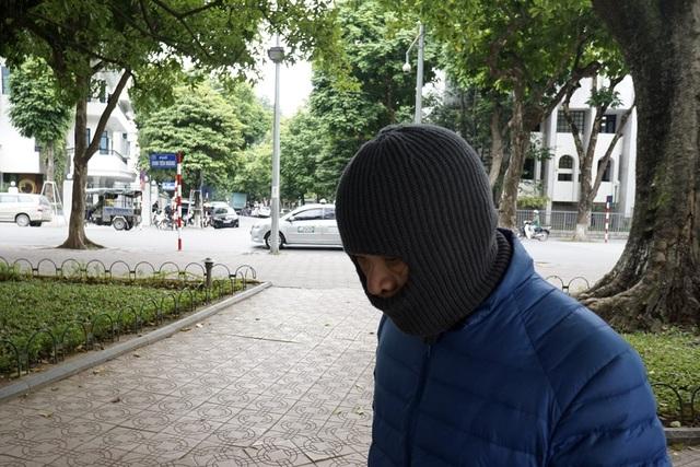 Những trang phục chống rét, như chiếc mũ len kín mặt này, lần đầu được mang ra sử dụng trong mùa Đông năm nay.