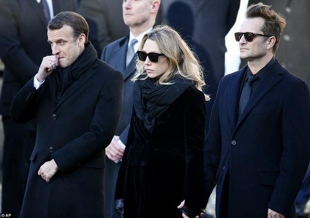 Tổng thống Pháp Macron (ngoài cùng bên trái) đứng bên con trai và con gái của cố nghệ sĩ Hallyday (từ các cuộc hôn nhân trước) - Laura Smet (34 tuổi) và David (51 tuổi).