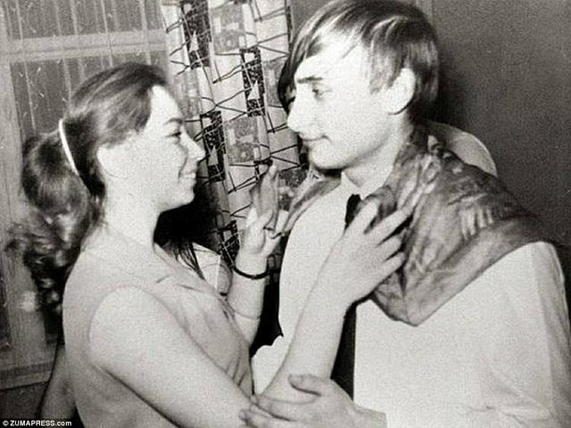 Những năm tháng đại học vui vẻ của ông Putin. Trong ảnh: Ông khiêu vũ với một người bạn có tên là Elena.