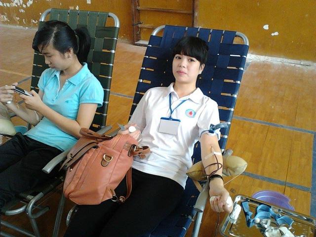 Các bạn nữ xung phong hiến máu
