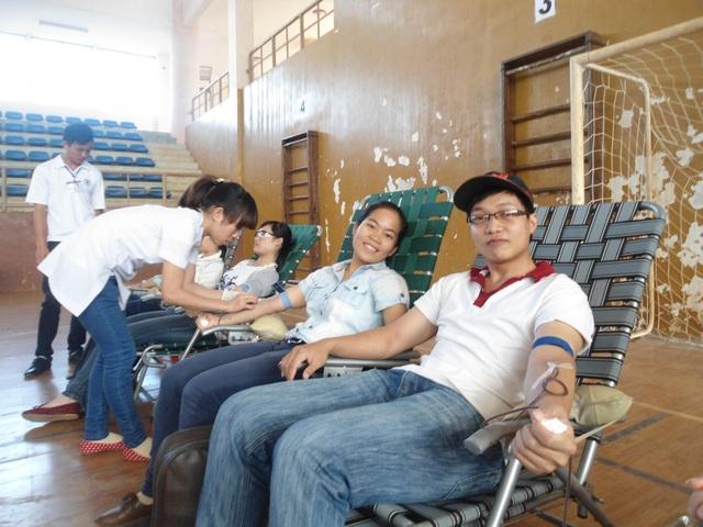 Nụ cười tươi khi tham gia hiến máu cứu người