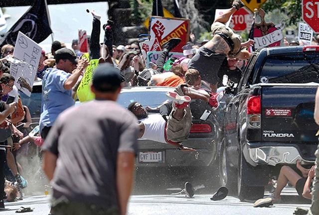 Chiếc xe đâm thẳng vào những người biểu tình chống Phát xít, khiến 1 người thiệt mạng, 19 người bị thương. Ảnh: Getty Images.