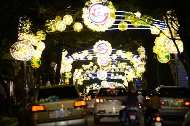 Đèn đường trang trí với màu vàng chủ đạo trên đường Đồng Khởi, quận 1.