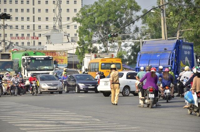 Cửa ngõ Sài Gòn kẹt xe kinh hoàng gần 10 tiếng đồng hồ - 13