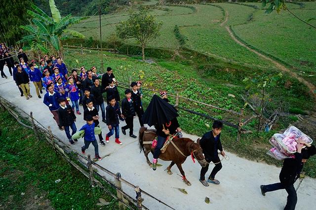 Cho dù đường đã đẹp nhưng phong tục dùng ngựa rước cô dâu đã là phong tục lâu đời tại đây.