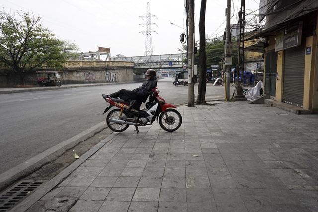 Bác xe ôm đợi khách trên phố Trần Nhật Duật vắng lặng.