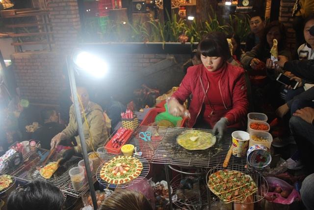 """Du khách khó có thể cưỡng lại hương vị bánh """"pizza Đà Lạt"""" (bánh tráng nướng) tại khu chợ đêm Đà Lạt"""