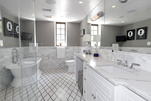 Không gian thoáng đãng của phòng tắm