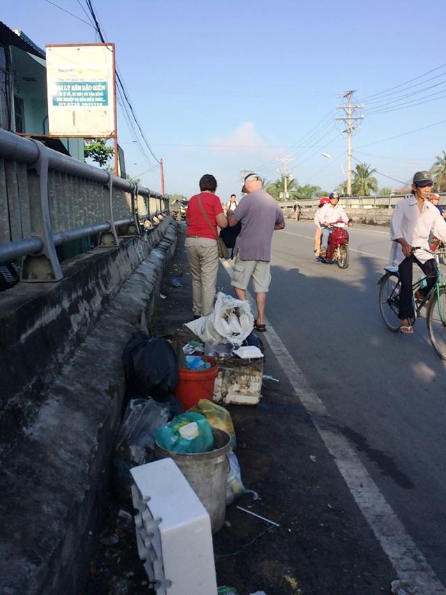 Dưới chân cầu Cái Sơn (phía chợ An Bình) luôn có một đống rác thế này