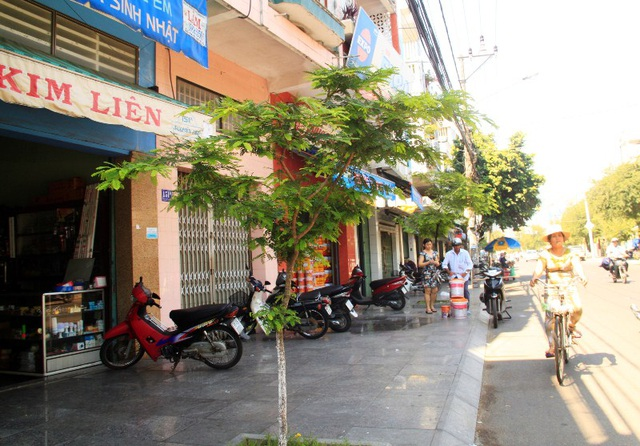 Một đoạn vỉa hè trên đường Nguyễn Huệ thông thoáng trong ngày đầu đoàn liên ngành ra quân