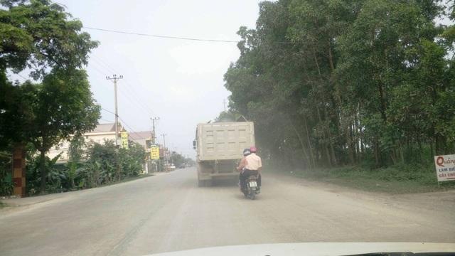 Người tham gia giao thông trên đoạn đường từ ngã 3 Gián Khẩu đến thị trấn Me thường xuyên phải chịu cảnh ô nhiễm, bụi đất bay mù mịt.