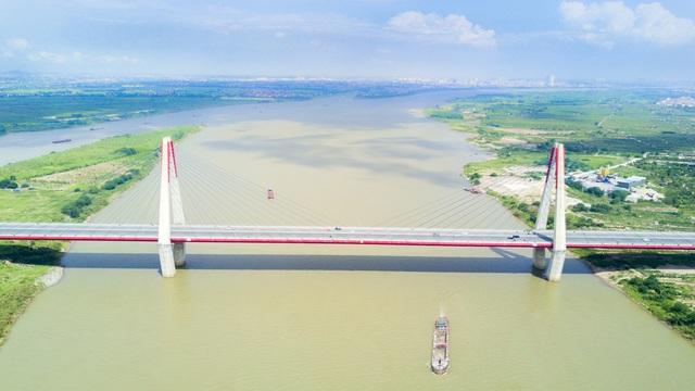 Mặt cầu rộng 33,2m với 8 làn xe cho cả hai chiều, chia thành 4 làn xe cơ giới, 2 làn xe buýt, 2 dải xe hỗn hợp, phân cách giữa và đường dành cho người đi bộ. Cầu dài 3,9 km.