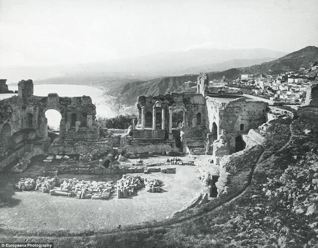 sdMột nhà hát ngoài trời còn lại từ thời xa xưa, nằm ở xã Taormina, Ý. Nơi này thường được sử dụng để phục vụ các hoạt động trình diễn.