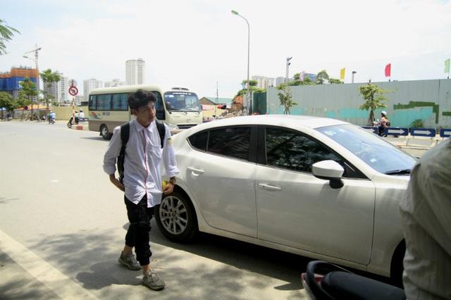 """Theo ghi nhận của PV Dân trí, tại các điểm thi ở Hà Nội như THPT Việt Đức, THCS và THPT Nguyễn Tất Thành, THPT Hà Nội Amsterdam… nhiều thí sinh được bố mẹ """"rước"""" đi thi bằng xe ô tô riêng."""