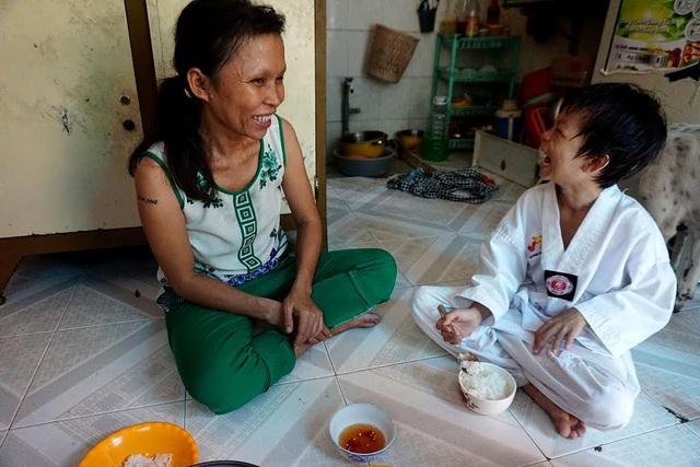 Hiện tại, chị Sen thuê nhà ở quận 4 sống cùng mẹ già và 2 con. Cuộc sống hôn nhân không hạnh phúc, nên chị chia tay chồng để tự lo cho các con.